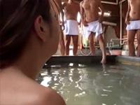 間違えて男湯にタオル一枚で入ってきた女性客に、周りの男達は欲情して勃起チ○ポで群がった 松すみれ 南乃彩花 大堀香奈[2]