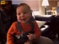 Wiiのゴルフゲームで爆笑する赤ちゃん