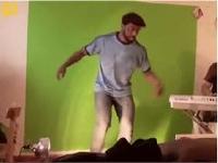 スーパーマリオブラザーズのBGMに合わせてタップダンスを踊る男