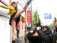 沢本あすか★アキバ露出狂の路上パフォーマンスで大開脚!!