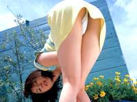 路上で踊り狂うお姉さんが何度も乳見せ!!