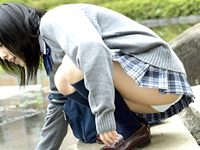 ブレザー姿の女子高生がスカートまくってお尻を・・