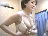 水着売り場の試着室を盗撮!!色白ギャルのパイオツまる見え!!
