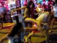 タイの街で男性がギャル3人組にボッコボコにしばかれる