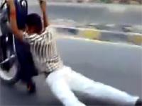 え?事故??バイクが垂直になる危険過ぎる珍運転
