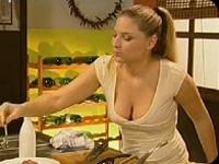 手元より胸元の谷間に目がいってしまう料理番組