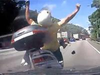 ビックスクーターに激しく追突する車側からの車載映像