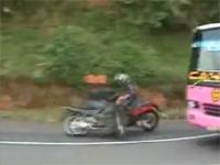 バスをインから抜こうとしたバイクが対向車と正面衝突する決定的瞬間
