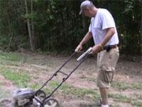 おじいちゃんが草刈機にマグナムぶっぱなしてる・・