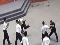 これぞ中国の少林寺拳法。「20人の弟子を1人で倒す」武術ショーがひどすぎる件。