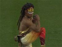 シルク・ドゥ・ソレイユの人が始球式で投げたらこうなった