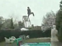 面白映像 人間パチンコでめっちゃ飛んでいった
