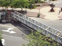 驚く長さの荷物を積んだトレーラーが交差点を曲がっていく動画