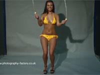 ビキニ姿のセクシーお姉さんの縄跳びをスロー映像で