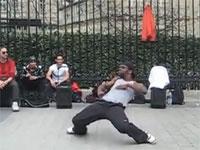 こりゃ観客も大勢居るわけだ、パリのイカしたストリート・ダンサー映像
