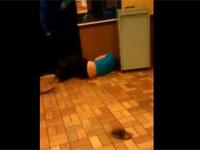 マクドナルド内での暴行事件で女性が悲惨な事に。 ショッキング映像注意