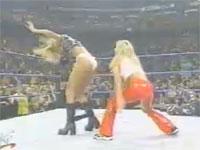 女子プロレスラー 観衆の前でパンツおろされ