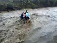 川の死亡事故映像。鉄砲水に流された5人が落差90メートルの滝から落下