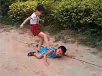 女児の無慈悲な攻撃。小さな子供に喧嘩をけしかける中国のお父さん。