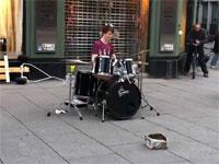 めちゃレベルの高いストリート・ドラマーの神動画。