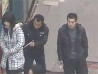 中国。箸を使って他人の財布を抜き取る「箸すり」の大胆な犯行現場
