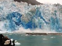 氷河崩壊ツアー。見学場所が近すぎて氷河の破片に襲われる