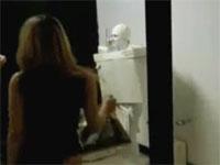 女子トイレの便座が実は人間で急に動き出したら・・・