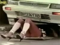 ミニスカートで車の下に潜って修理をするのは反則だと思う。