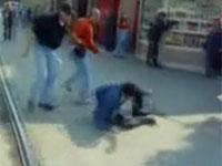 街行く人を不意打ちでフルボッコ ロシアの過激な暴力集団
