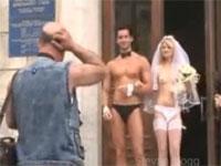 もしも花嫁と花婿が下着姿で扉から出てきたら・・・