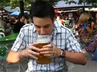 どんな体してんだ?大ジョッキビールを凄いスピードで一気飲みする男性