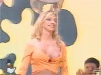 歌番組?歌い終わった後に番号札に服が引っ張られ乳首ポロリ
