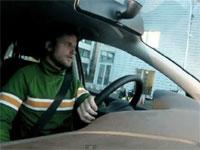 ドリフト縦列駐車のギネス世界新記録、ギリギリスレスレ神動画