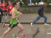 マラソンランナーに並走する観客に起きた漫画のようなハプニング。