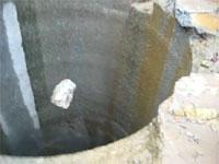 これは恐ろしい。深さ457メートルある人工の縦穴に小石を投げ込んでみると