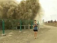 中国で高潮を見学する為に数百人が集まり、20名が骨折をするなどの怪我