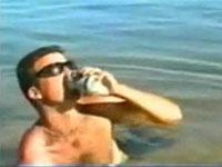 海でカッコよくビールを飲む男性を襲った悲劇