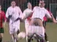 サッカーの試合中露出プレーに走る選手達(ち〇こシュート炸裂!)