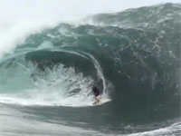 見ているだけで恐怖を感じるほどのデカイ波に挑戦するサーファーたち