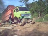 どうやったらそんな壊れ方するんだよwwwというトラックのビックリ故障。