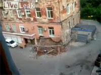 向かいのマンションが騒がしいと思って撮影していたら自然崩壊した。