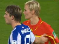 さり気なく女性審判の胸を触るサッカー選手
