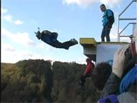 ベースジャンプ失敗。パラシュートが間に合わずにフルスピードで川に激突
