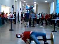 これはマズイ(@_@;)テーブルジャンプに失敗した男性の背骨がボキッ!?