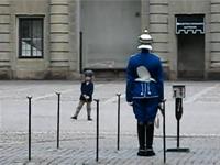 衛兵さんの目の前で動きを真似る小さな男の子のムービー