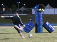 人気ゲーム「アングリー・バード」っぽく神業サッカー・トリックショット!