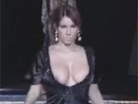 巨乳のモデルさん、胸元の大きく開いたドレスからダブル乳首なハプニングw