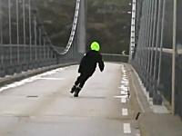 渡るのか。強風でグニャってる吊り橋を渡るクルマ。もう通行止めにしろよw