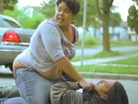 ボーイフレンドを路上でフルボッコ、電車内でフルボッコ、パワーのある女性の暴行映像