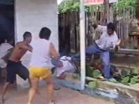 感電した男性を助けようとした人がさらに感電。ショッキングな事故映像。